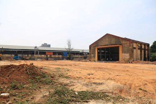 Khu chợ tạm đang được xây dựng ngay sát chợ cũ. Ảnh: Gia Chính