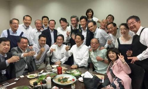 Thủ tướng Shinzo Abe và các nhà lập pháp Đảng Dân chủ Tự do tham dự buổi tiệc riêng được tổ chức tại Tokyo hôm 5/7. Ảnh: Twitter.
