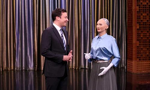Robot Sophia trò chuyện với MCJimmy Fallon trong chương trình truyền hìnhTonight Show. Ảnh:Newswire.