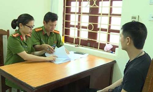 Cảnh sát lấy lời khai nghi can Lê Nguyên Hải. Ảnh: T.Thanh.