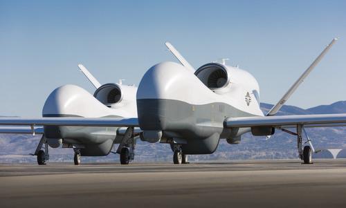 Hai chiếc MQ-4C của Mỹ trong giai đoạn thử nghiệm năm 2013. Ảnh:US Navy.