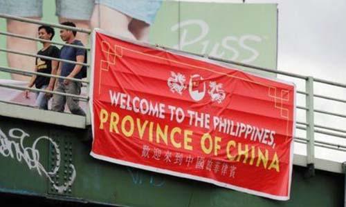 Biểu ngữ gọi Philippines là tỉnh của Trung Quốc xuất hiện trên đường phố ở thủ đô Manila. Ảnh: Reuters.