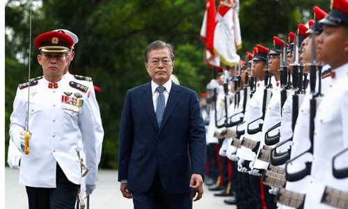 Tổng thống Hàn Quốc Moon Jae-in trong chuyến thăm Singapore hôm nay. Ảnh: CNA.