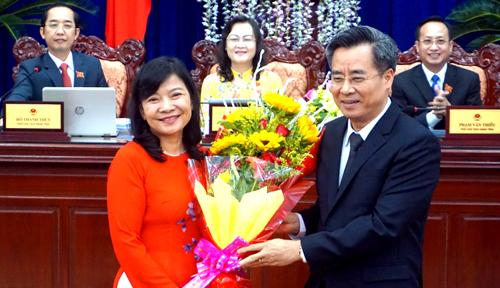 Bí thư Tỉnh ủy Bạc Liêu Nguyễn Quang Dương tặng hoa chúc mừng cho bà Sang. Ảnh: Hồ Nhật.