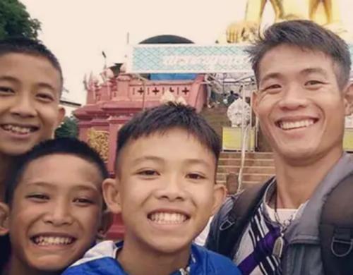 Ảnh: Huấn luyện viên Ekkapol Chantawong chụp ảnh cùng một số thành viên đội bóng Lợn Hoang. Ảnh: Twitter.