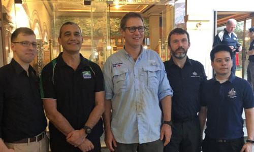 Bác sĩ Richard Harris (giữa) chụp ảnhcùng các nhân viên Bộ Ngoại giao và Thương mại Australia tham gia giải cứu đội bóng nhí Thái Lan mắc kẹt trong hang Tham Luang. Ảnh: news.com.au.