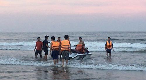 Lực lượng cứu hộ tìm du khách gặp nạn ở Hải Hoà. Ảnh: Lam Sơn.