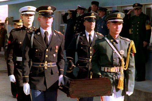 : Hài cốt một lính Mỹ trong Chiến tranh Triều Tiên được hồi hương năm 1993. Ảnh: AFP.