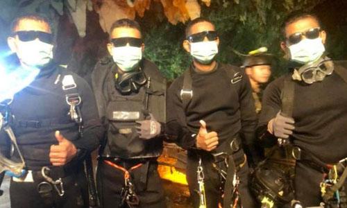 Đội cứu hộ đưa thực phẩm, đèn pin và thư của phụ huynh cho các thiếu niên mắc kẹt trong hang. Ảnh: Thai Navy Seals.