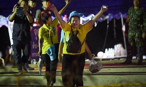 Các tình nguyện viên hô Hooray vui mừng khi toàn bộ đội bóng nhí được giải cứu thành công. Ảnh: Fairfax.