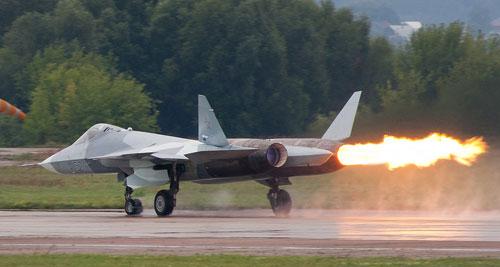 Động cơ Su-57 phụt lửa trong triển lãm hàng không MAKS 2011. Ảnh: Rulexip.