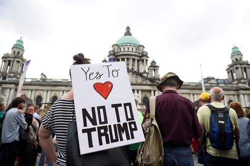 Một người mang biểu ngữ Nói không với Trump tạiBelfast, Anh ngày 13/7. Ảnh: Reuters.