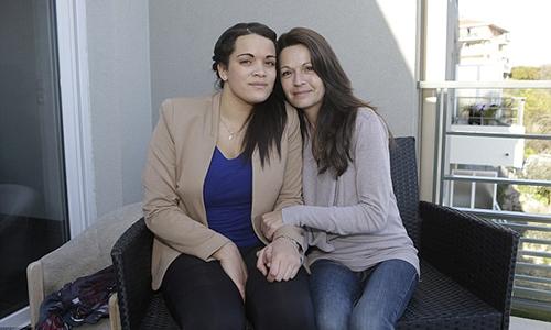 BàSophie Serrano (phải) và con gáiManon quyết định vẫn sống bên nhau dù không phải là ruột thịt. Ảnh: AP