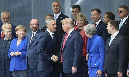 Tổng thư ký NATO Jens Stoltenberg (ở giữa bên trái) bắt tay Tổng thống Mỹ Donald Trump tại hội nghị thượng đỉnh NATO ở Brussels, Bỉ, ngày 11/7. Ảnh: Xinhua.
