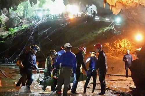Một chiếc cáng được các nhân viên cứu hộ đưa ra cửa hang Tham Luang hôm 10/7. Ảnh:AFP.