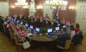 Các thành viên chính phủ Croatia mặc áo đội tuyển khi họp nội các