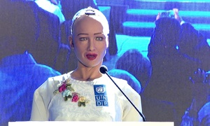 Robot Sophia trò chuyện với khán giả Việt Nam trong hội nghị về 4.0
