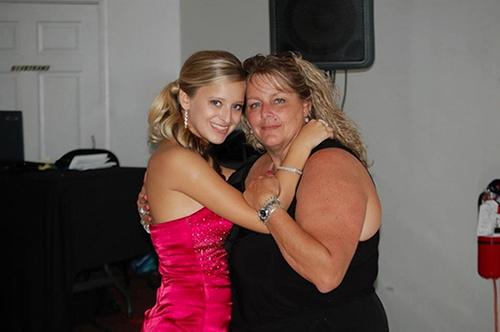 Calie và mẹ nuôiPaula Johnson
