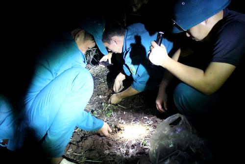 Anh Tuấn Anh (phải)và nhóm bạn tìm nấm trong đêm tối. Ảnh: Nguyễn Khoa