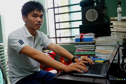 Phạm Phú Phong ngồi bên chiếc laptop trong góc học tập. Ảnh: Thạch Thảo.