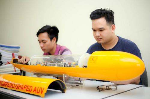 : Sinh viên Kỹ thuật tàu thủy trong giờ thực hành thiết bị tự hành dưới nước