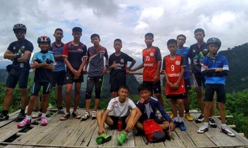Đội bóng Lợn Hoang trong một chuyến dã ngoại trước khi gặp nạn trong hang Tham Luang. Ảnh: Twitter.