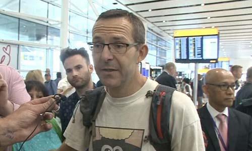 John Volanthen trả lời phóng viên sau khi hạ cánh xuống sân bay Heathrow, Ảnh hôm 12/7. Ảnh: BBC.