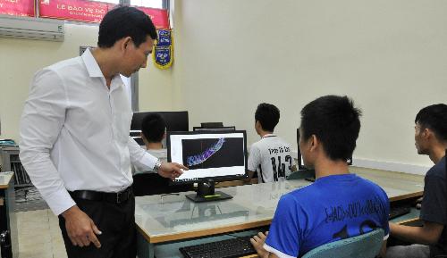 TS Phạm Văn Sáng hướng dẫn sinh viên sử dụng phần mềm AVEVA