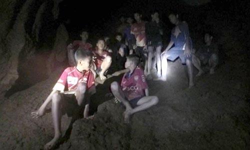 Các thiếu niên trú ngụ trên một mỏm đá trong hang khi được thợ lặn Anh phát hiện đêm 2/7. Ảnh: Hải quân Thái Lan.
