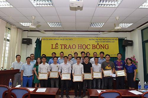 Hội cựu sinh viên Kỹ thuật tàu thủy trao học bổng cho sinh viên