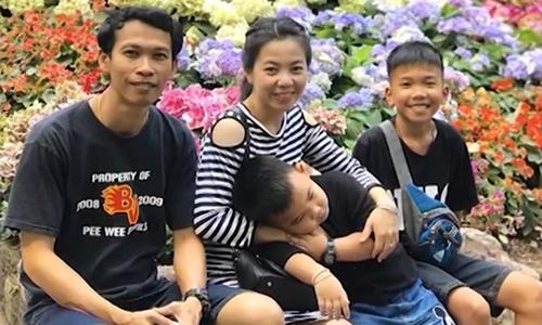 Em út đội bóng Lơn Hoang Chanintr Viboonrungruang (ngoài cùng bên phải) cùng cha mẹ và em trai. Ảnh: CNN.