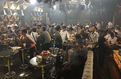 Hàng trăm khách vui chơi lúc rạng sáng ở bar Đông Kinh. Ảnh: N.V