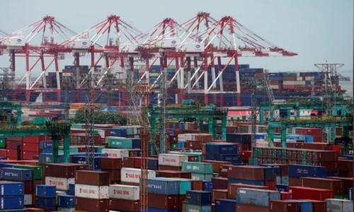 Các container hàng hóa tại một cảng biển ở Thượng Hải. Ảnh: Reuters.