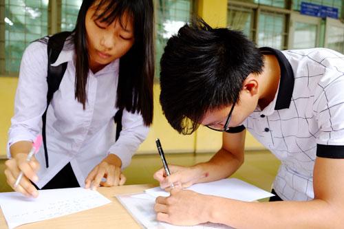 Thí sinh làm hồ sơ đăng ký vào Đại học Bách khoa Hà Nội năm 2015. Ảnh: Quỳnh Trang.