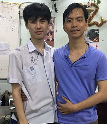 Nguyễn Tấn Chuyên (trái) và thầy giáo quản nhiệm lớp. Ảnh: