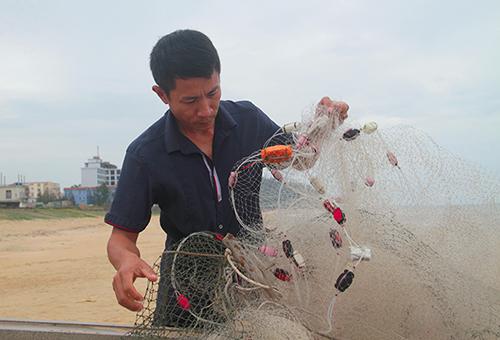 Tấm lưới mà hôm qua anh Bằng dùng để bắt 3 tấn cá mạu. Ảnh: Đức Hùng