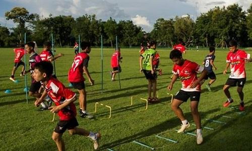 Những thành viên còn lại trong đội bóng nhí Lợn Hoang luyện tập lần đầu tiên kể từ sau khi 12 đồng đội và huấn luyện viên của các em mất tích. Ảnh: AFP.