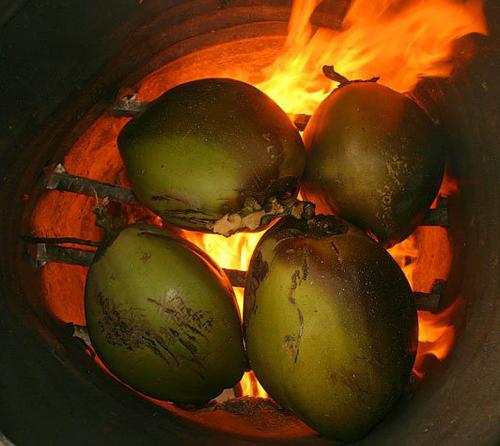 Dừa được để qua đêm rồi mới nướng ở nhiệt độ và thời gian thích hợp. Ảnh: duanuongbadot.com