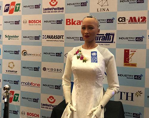 Robot Sophia duyên dáng trong tà áo dài. Ảnh: BN.