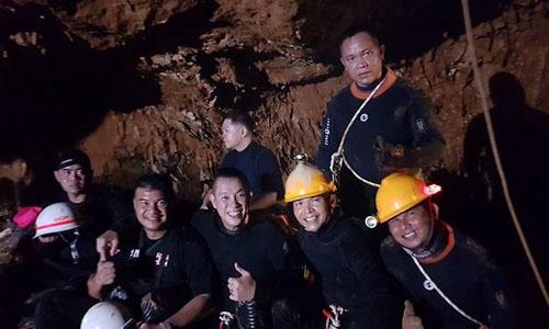 Thợ lặn Douglas Yeo (ngồi giữa hàng dưới) cùng các đồng nghiệp tham gia chiến dịch giải cứu. Ảnh: Straits Times.