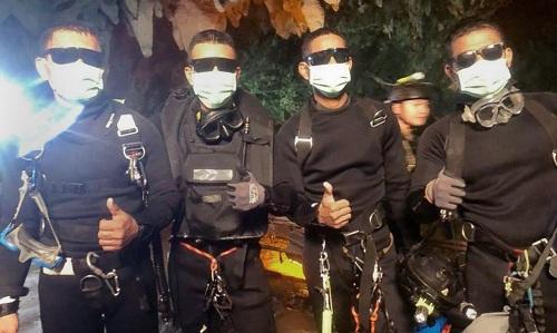 Nhóm đặc nhiệm SEAL rời hang cuối cùng suýt bị mắc kẹt. Ảnh: ABC News.
