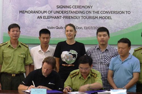 Đại diện Tổ chức động vật châu Á và Vườn quốc giaYok Đôn ký thỏa thuận.