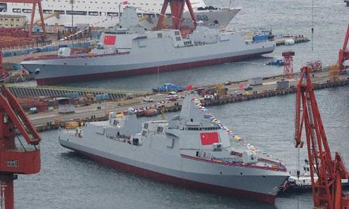 Hai tàu khu trục Type 055 được hạ thủy ở cảng Đại Liên hôm 3/7. Ảnh: CNN.