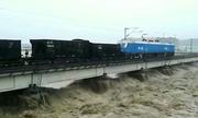 Trung Quốc huy động tàu hỏa 7.000 tấn cứu cầu đường sắt khỏi lũ cuốn