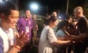 Cha mẹ thành viên đội bóng nhí Thái Lan gặp thợ lặn Anh