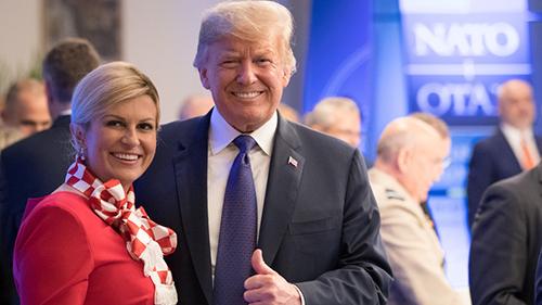 Tổng thống CroatiaGrabar-Kitarovic chụp ảnh cùng Tổng thống Mỹ Trump tại hội nghị NATO. Ảnh: Reuters