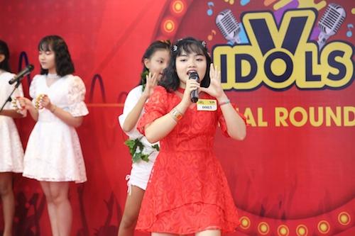 Thí sinh Hoàng Khánh Châu cùng vũ đoàn trình diễn hit Roar của nữ ca sĩ Katy Perry.