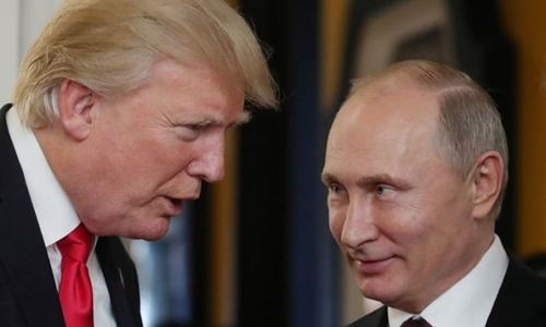 Tổng thống Mỹ Trump (trái) và Tổng thống Nga Putin tại hội nghị APEC ở Việt Nam tháng 11 năm ngoái. Ảnh: AFP.
