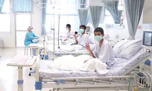 Những thiếu niên trong đội bóng Lợn Hoang vẫy tay chào trong lần đầu tiên xuất hiện hôm 11/7 sau khi được giải cứu.