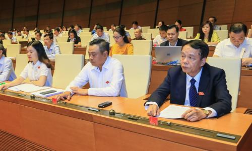 Đại biểu Quốc hội bấm nút thông qua Luật An ninh mạng ngày 12/6. Ảnh: Hoàng Phong